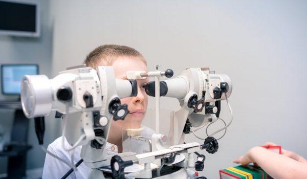 Zez toschorzenie postępującego niedowidzenia oka zezującego, które pogłębia się zwiekiem iprowadzi nieuchronnie dosłabej trwałej ostrości widzenia.