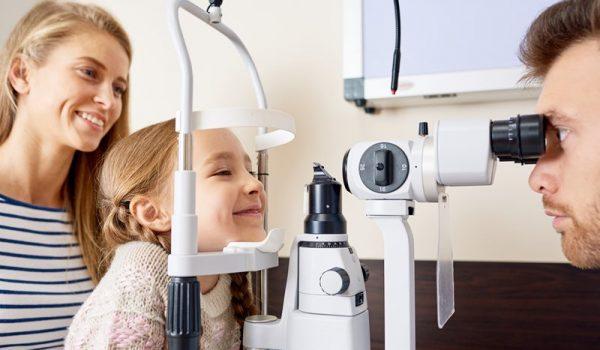Lekarze specjaliści Wrocławskiego Centrum Okulistycznego przeprowadzają badania dzieci i wcześniaków.